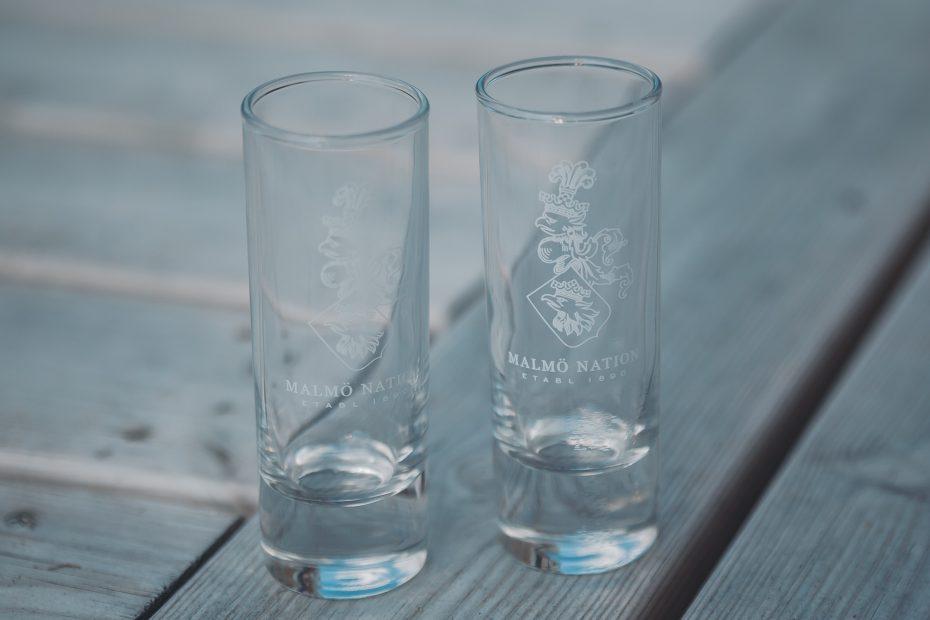 Shotglas:  Är bästa vännerna från Malmö Nation över på middag? Ska kvällen bli den bästa på länge? Då gör du rätt i att duka med våra snygga shotglas! Med dessa smakar allt helt enkelt bara mycket bättre!